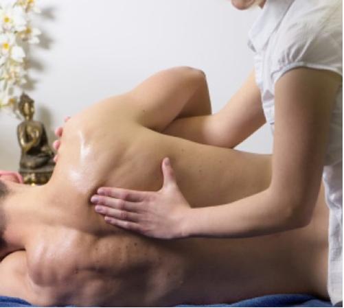 massage-paa-ryg-af-klient-der ligger paa-siden