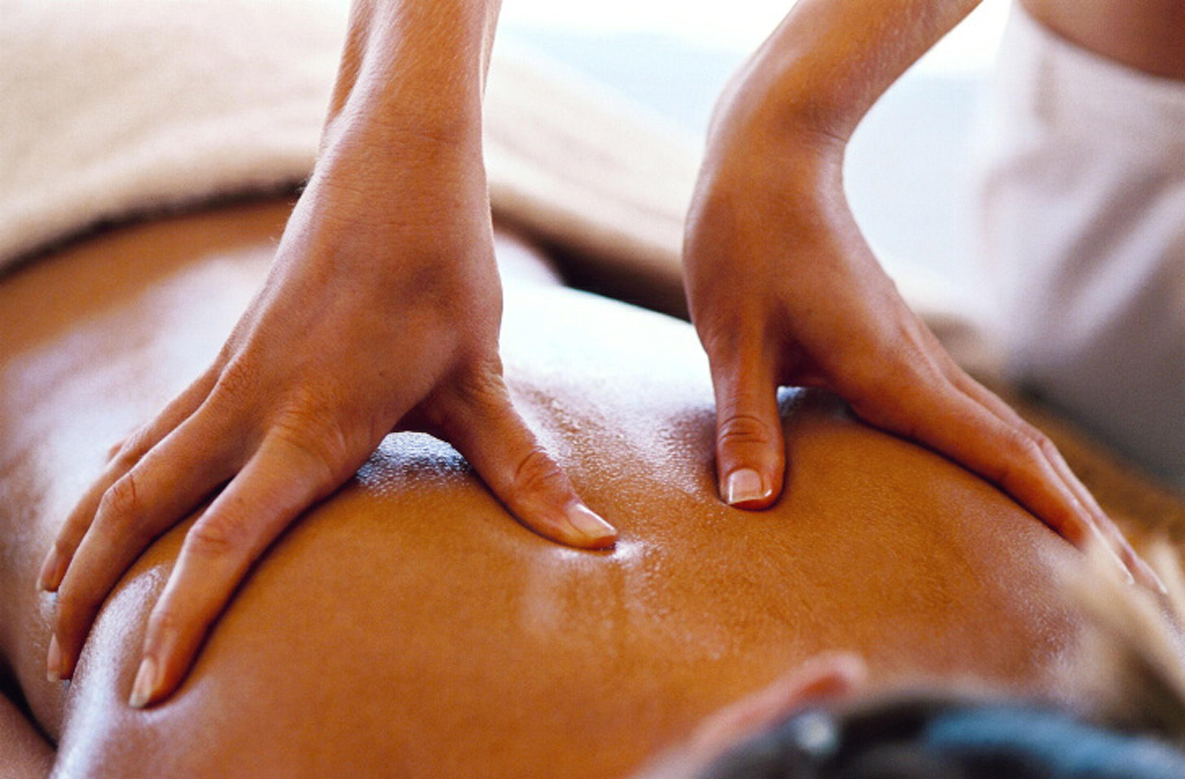 Haender-paa-ryg-der-udfoerer-massage-paa-klient